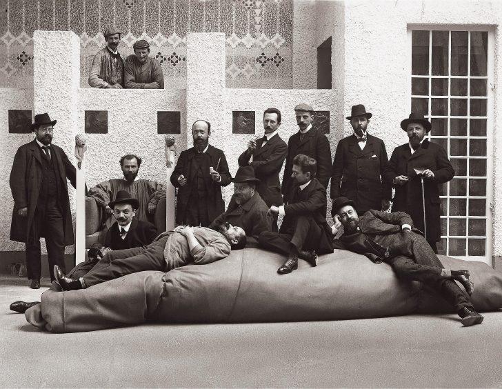Moriz Nähr Gruppenaufnahme der Secessionisten im Hauptsaal der XIV. Ausstellung 1902 © Foto Austrian Archives Imagno picturedesk.com
