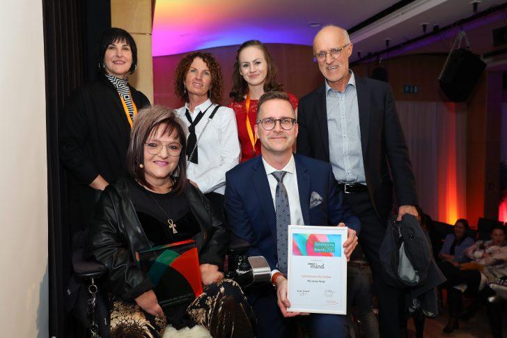 Marianne Hengl und ihr Team mit Laudator Toni Innauerc Schedl